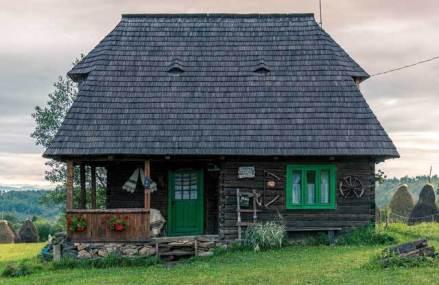 GALERIE FOTO. Roxana şi Florin Vale au dat tot mai cosmopolitul Cluj-Napoca pe pitorescul sat Breb din Maramureş. Şi-au părăsit joburile pentru a readuce la viaţă o serie de case tradiţionale maramureşene devenite astăzi pensiuni