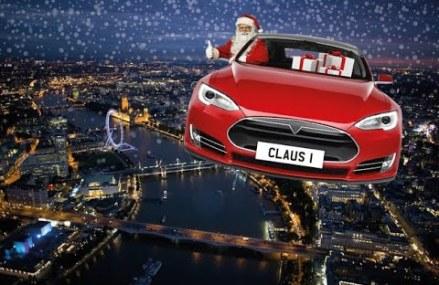 Mos Craciun conduce Tesla