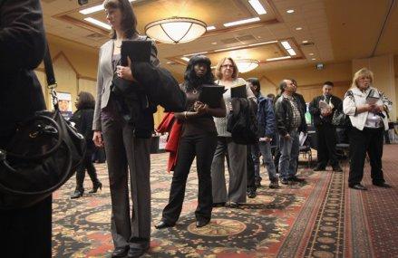 Şomajul din SUA scade în iunie, dar piaţa muncii nu este aşteptată să se redreseze curând