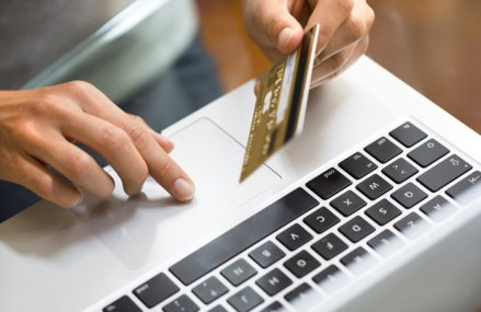 Pandemia schimbă comportamentul consumatorului. Sondaj PwC: Oamenii preferă din ce în ce mai mult cumpărăturile online, iar intenţiile privind cheltuielile sunt profund afectate
