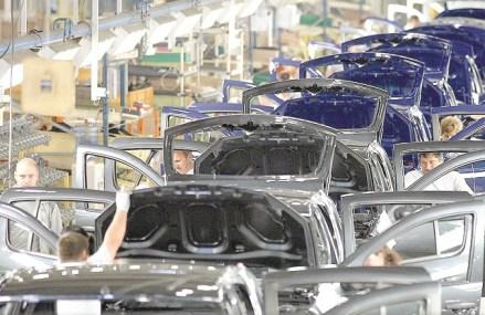 Incertitudinea din industria auto continuă: unii amână producţia, alţii continuă, dar în ritm scăzut. Perioada de şomaj tehnic pentru cei peste 200.000 de angajaţi din industria auto s-ar putea extinde dincolo de data de 1, respectiv 5 aprilie