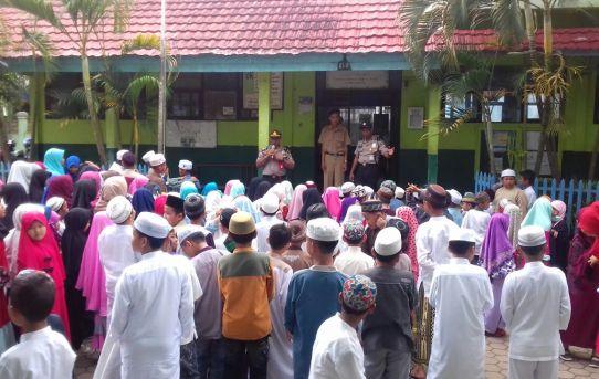 Police goes to School : Kanit Binmas Sosialiasikan Bahaya Narkotika kepada pelajar SDN 10 Benua Anyar