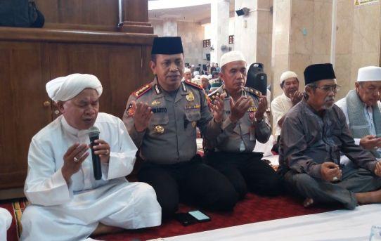 Kapolresta Banjarmasin Khusuk Ikuti Rangkaian Sholat Ghoib
