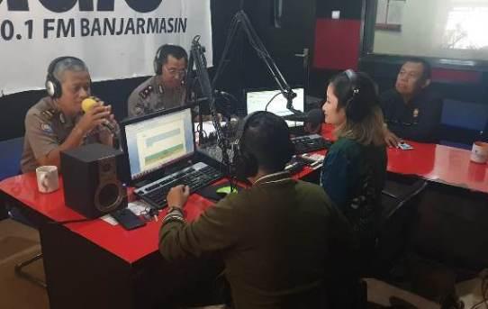 Sosialisasikan Bahaya Karhutla, Kompol Sumarjan On Air di I Radio Banjarmasin