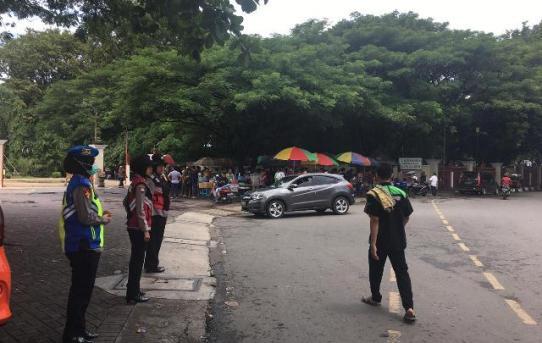 Polwan Polresta Banjarmasin Berikan Pelayan Prima Kepada Masyarakat Menjelang Pelaksanaan Ibadah Sholat Jum'at