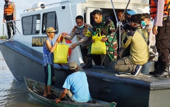 Kapolresta Bersama Dandim 1007/Bjm Gelar Program Peduli Dampak COVID-19 Pada Masyarakat Pesisir Sungai