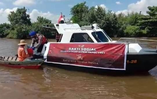 Warga Pesisir Sungai Barito Dapat Sembako, Kasat Polair : Berkah HUT Alumni Akpol 1991