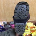 スパッツのゴム紐を長靴の底にかけるので、かかとのない長靴は切れやすいため、かかとのある長靴を用意します。