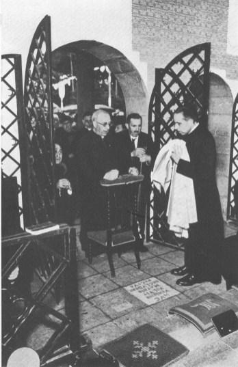 Culte de la Vierge Mgr Kerkhofs au centre - PF