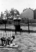 Mariette devant la chapelle en construction