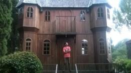 Di depan rumah kayu.