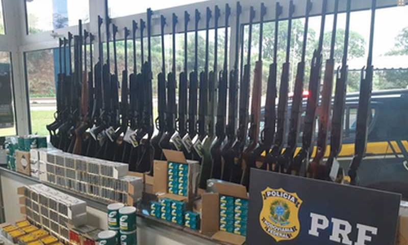 PRF apreende arsenal dentro de uma van na Fernão Dias