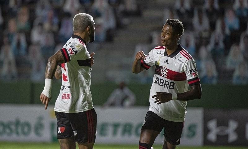 Após três derrotas, Flamengo vence Goiás e encosta nos líderes