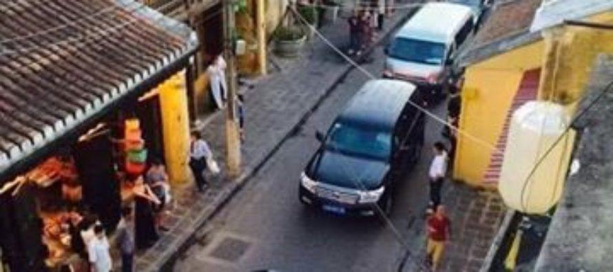 Đoàn xe tang trên đường phố Hội An
