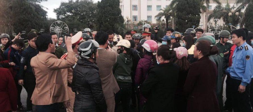 Hà Tĩnh: Hàng chục hộ kinh doanh hải sản đến Ủy ban tỉnh đòi bồi thường