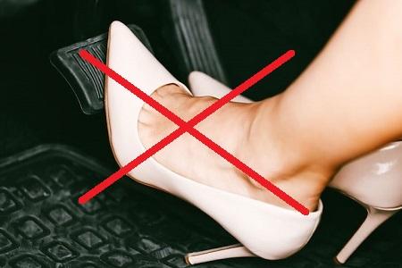 không mang giày cao gót khi lái xe ô tô