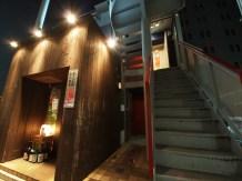 ハンディ京橋 1階。1階店舗と階段の間を奥へ進んでいただき、エレベーターにて4階までお上がり下さい。