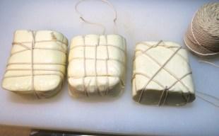 モッツァレラチーズの燻製 〜焼いて美味しいスカモルツァアフミカートの手作り
