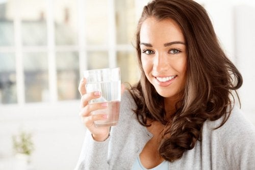 لإنقاص الوزن بعد العطلة ، من المهم أيضًا استهلاك الكثير من الماء
