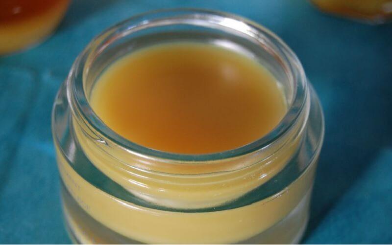 شمع العسل وزيت اللوز مزيل المكياج
