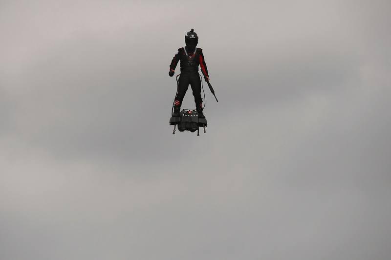 يفهم فرانكي زاباتا، المدير التنفيذي لشركة زاباتا، بتجربة برنامج Flyboard على الشانزليزيه. AFP ليونيل بونافينتور