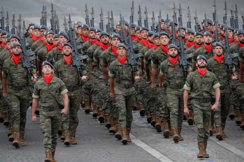 موكب الجنود الإسبان في الشانزليزيه. (رويترز) تشارلز بلاتيو