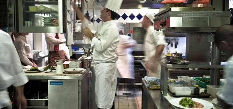 Inmigración entra a restaurante y apresa cocineros