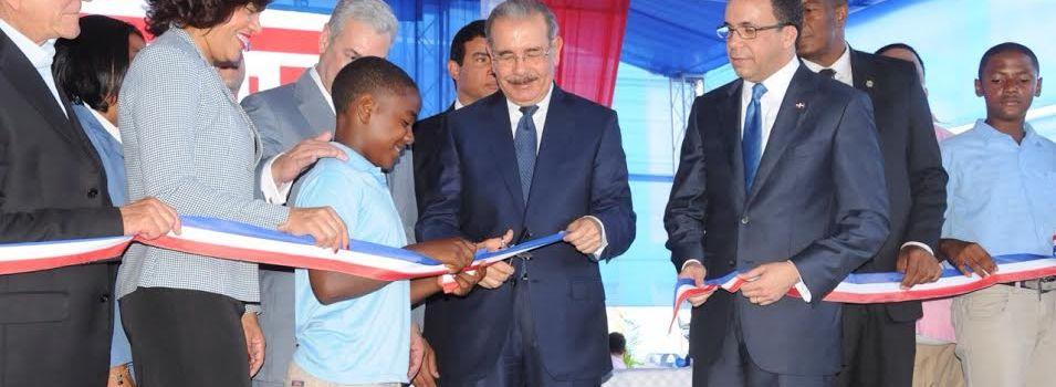 Medina inaugura dos escuelas en el sur