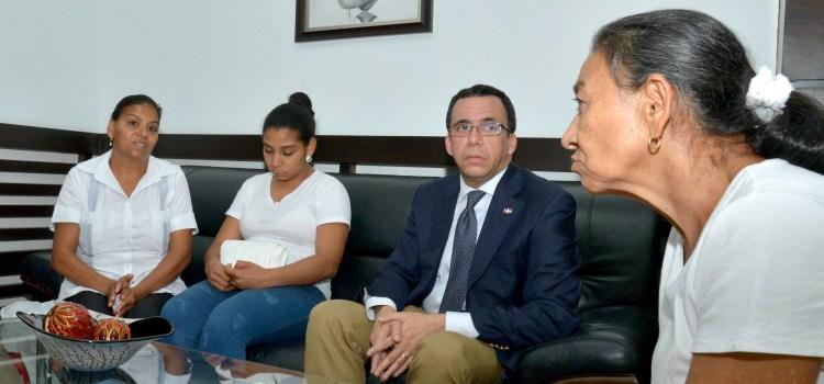 Navarro se reúne con parientes maestra
