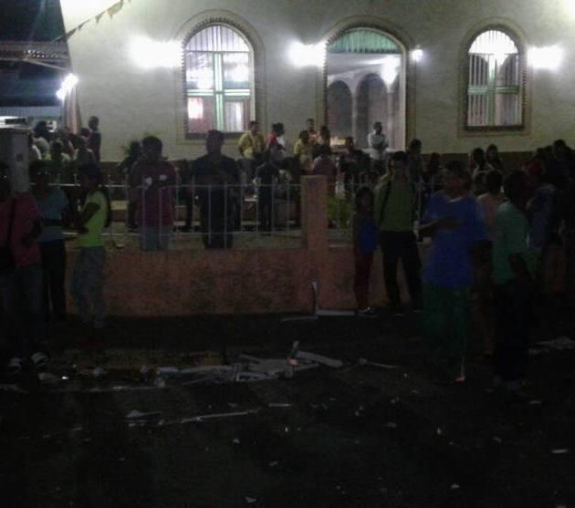 Camioneta arrolla multitud y mata ocho
