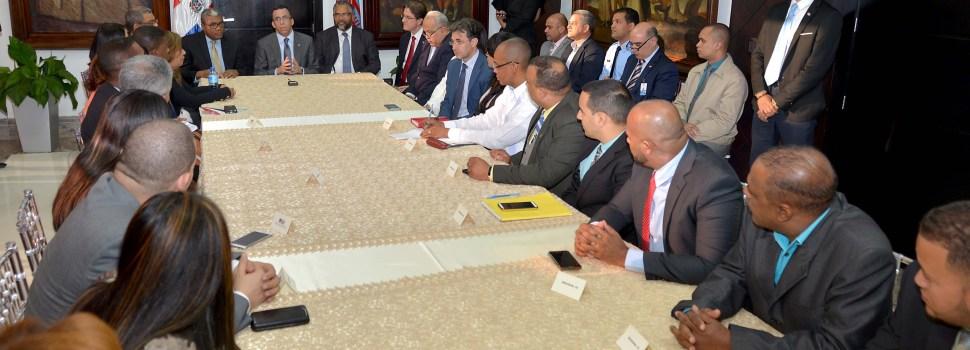 Navarro se reúne con nuevos directores regionales
