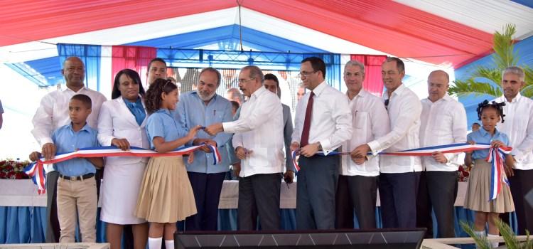 Danilo inaugura escuelas en el este