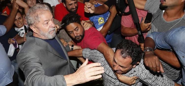 Lula se entrega a la justicia brasileña