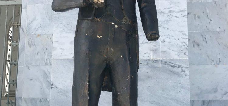 Se deterioran estatuas monumento Santiago
