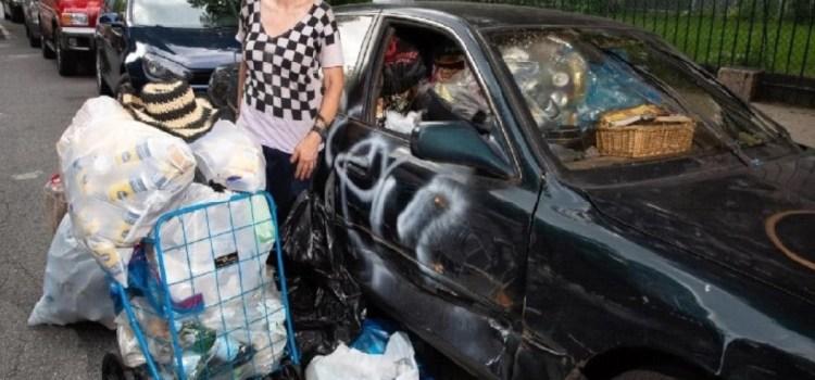 Empresaria millonaria recoge latas y botellas