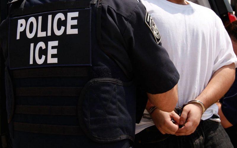 Dominicano agrede un agente de inmigración