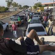Gobierno Venezuela niega escasez de gasolina