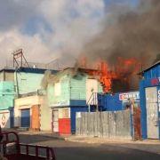 Incendio afecta edificio parte baja de Santiago