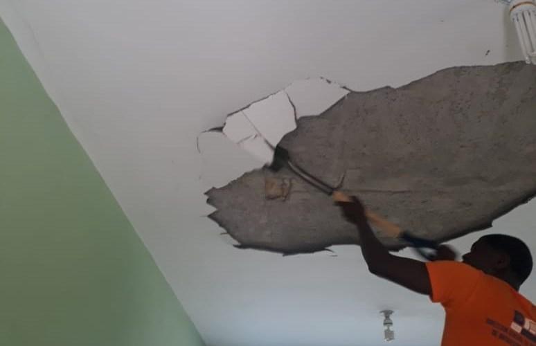 Educación repara techos dañados en escuela
