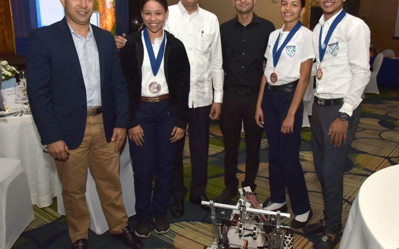 Mirabal comparte con alumnos ganaron medalla