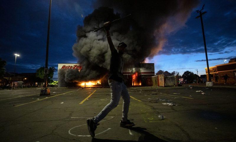 Siguen disturbios por muerte afroamericano