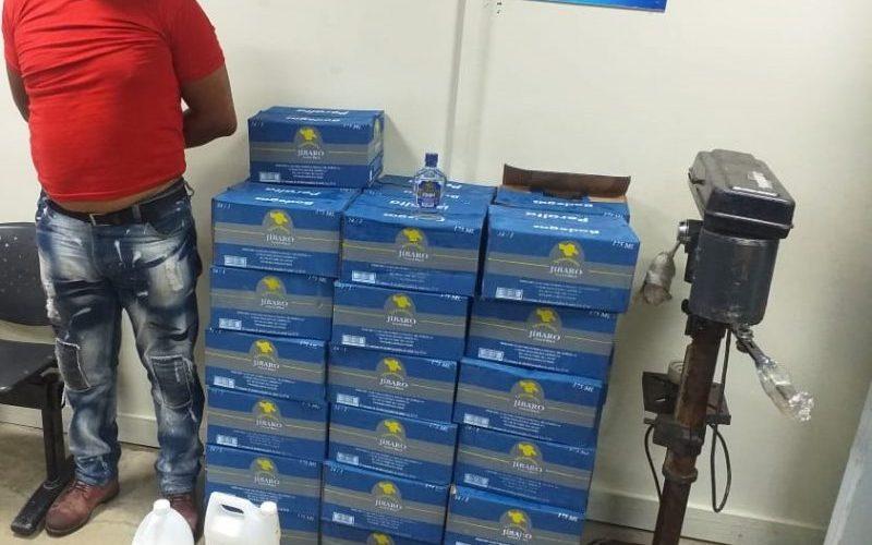 Decomisan 37 cajas de bebida adulterada y detienen hombre
