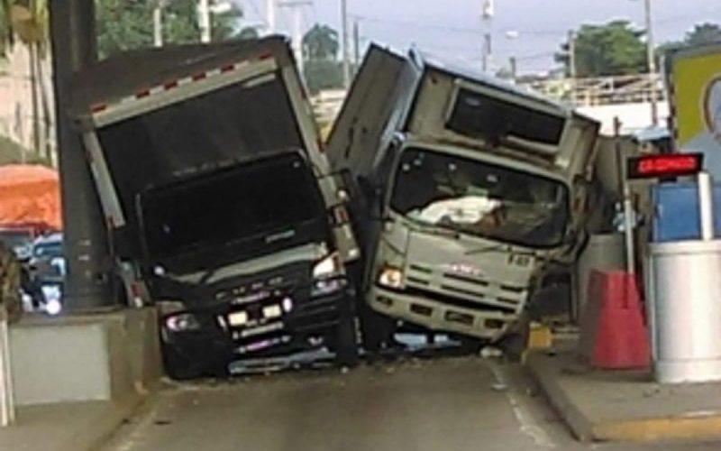 Extraño choque camiones en estación de peaje