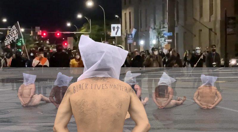 Hombres desnudos protestan frente a cuartel