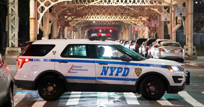 Roba carro policía para dar un largo paseo