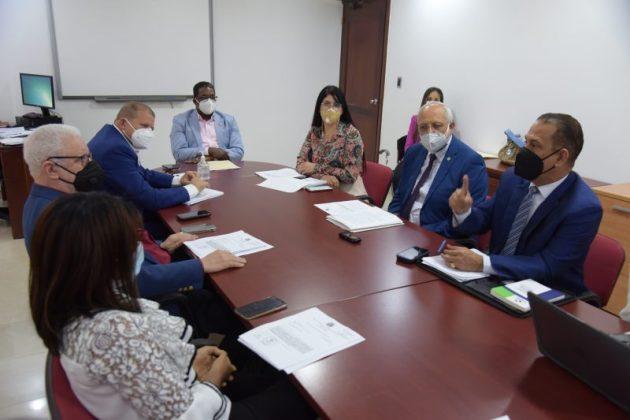 Diputados reunidos con ejecutivos de la SISALRIL