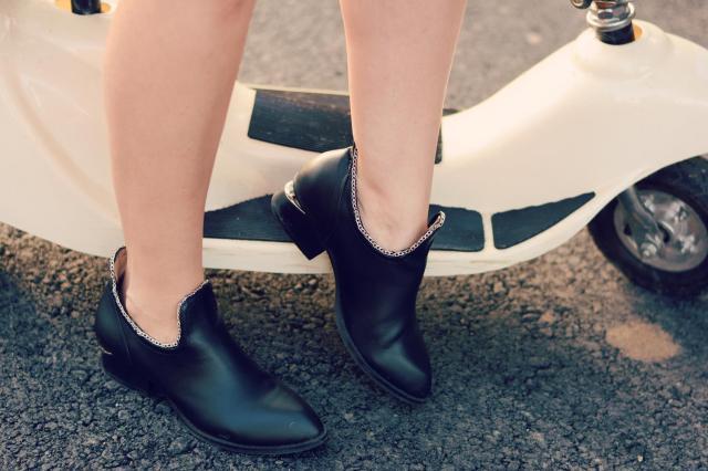 chain trim boots
