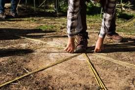 Cuatro tiras por cuatro forman una estrella en el suelo.