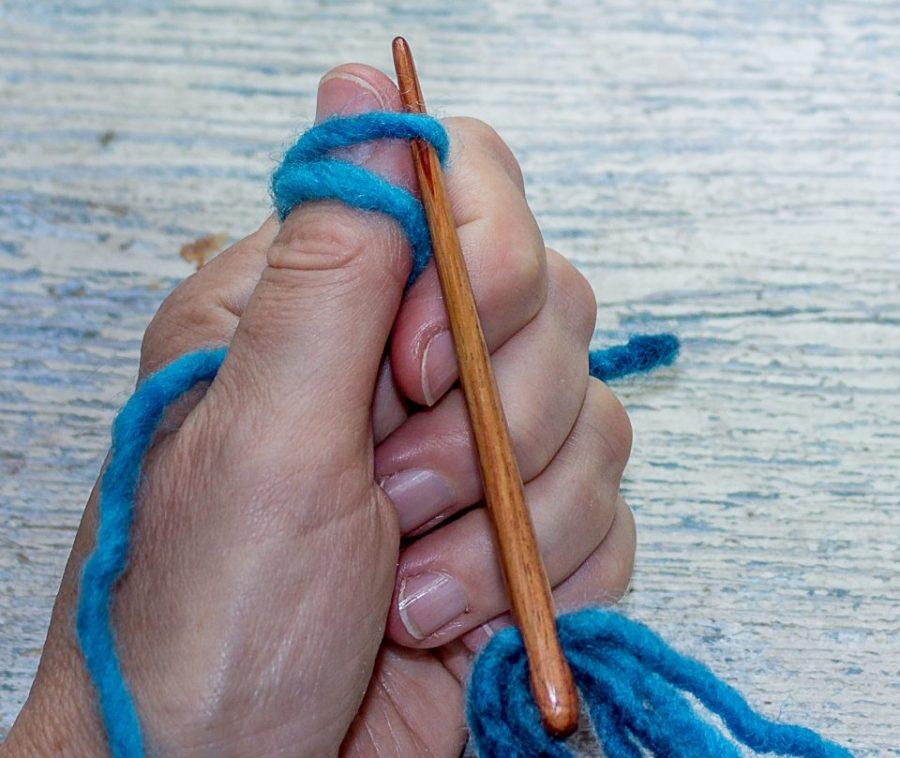 Die Nadel wird in die oberste Schlaufe des Daumens gestochen