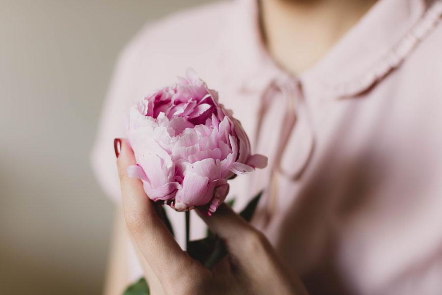 Barbara Oggero fotografa di storie blog post foto fiore rosa mano donna stile delicato empatia servizio fotografico